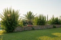 Omslaget och trädgården Arkivfoto
