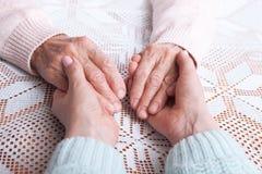 Omsorg är hemmastadd av åldring Hög kvinna med deras hemmastadda anhörigvårdare Begrepp av hälsovård för äldre gamla människor