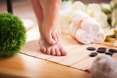 Omsorg för härlig kvinna lägger benen på ryggen på golvet Arkivbilder