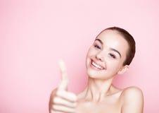 Omsorg för hud för brunnsort för makeup för Beautyl flicka naturlig på rosa färger arkivfoton