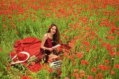 Omsorg för kvinnaframsidahud Ståendekvinnaframsida i ditt advertisnent Journalistik och handstil, sommar royaltyfri fotografi