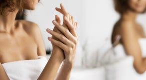 Omsorg för silkeslent handbegrepp arkivfoton