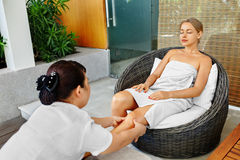 Omsorg för Spa kvinnakropp Aromatherapybenmassage Skincare behandling Arkivbild