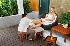 Omsorg för Spa kvinnakropp Aromatherapybenmassage Skincare behandling Arkivbilder