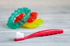 Omsorg för tandborste för barn` s muntlig på träbakgrund Arkivfoto