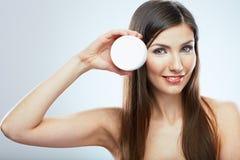 Omsorg för hud för skönhetkvinnaframsida tät stående upp Vit backgroun Royaltyfri Fotografi