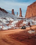 omsorg som 4x4 parkeras i mitt av v?gen i den sn?ig kanjonen fotografering för bildbyråer