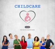 Omsorgbarnomsorgförälskelse behandla som ett barn tar omsorgbegrepp arkivbild