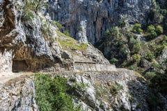 Omsorgerna skuggar, garganta delomsorger, i Picosen de Europa Berg, Spanien arkivfoton