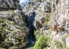 Omsorgerna skuggar, garganta delomsorger, i Picosen de Europa Berg, Spanien royaltyfri fotografi