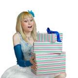 Omtumlad flicka med gåvaaskar i händer arkivbild