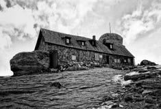 Omu瑞士山中的牧人小屋 免版税库存图片
