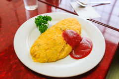 Omurice, Omelettreis mit Ketschupsoße Stockbild