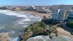 Omvänd antenn 4k Frankrike Biarritz för huvudsaklig strandkust stock video