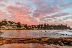 Omvänd soluppgångSeascape på den Avoca stranden arkivbilder