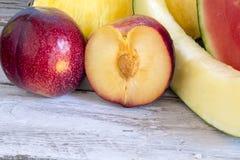 Omväxlande ny frukt royaltyfria foton