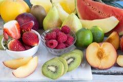 Omväxlande ny frukt royaltyfri fotografi