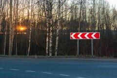 Omv?gtecken p? sidan av en stads- asfaltv?g royaltyfria bilder