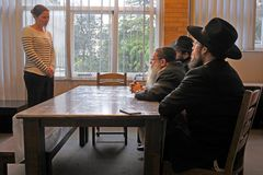 Omvandling till judendom av den judiska rabbinic domstolen arkivbilder