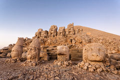 Omvergeworpen hoofden van de goden op het terras van het Oosten bij de bovenkant van Nemrut D Stock Afbeelding