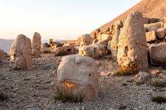 Omvergeworpen hoofden van de goden op het terras van het Oosten bij de bovenkant van Nemrut D Stock Foto