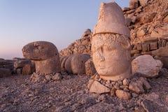 Omvergeworpen hoofden van de goden op het terras van het Oosten bij de bovenkant van Nemrut D Royalty-vrije Stock Foto's