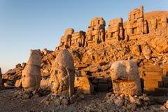 Omvergeworpen hoofden van de goden op het terras van het Oosten bij de bovenkant van Nemrut D Stock Afbeeldingen