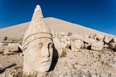 Omvergeworpen hoofden van de goden op het terras van het Oosten bij de bovenkant van Nemrut D Stock Fotografie