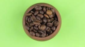Omwenteling van de boon van koffie in een pot op het groene scherm wordt geïsoleerd dat stock videobeelden