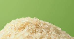 Omwenteling van de korrel van rijst in een pot stock footage