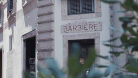 Omwentelingsmening van het gebouw, waar barber's de winkel, in een kleine Italiaanse stad wordt gevestigd Geen mensen rond ital stock footage