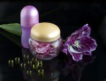 Omzoomde tulp en bloembloemblaadjes in een kruik Royalty-vrije Stock Afbeelding