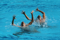 Ona Carbonell och Gemma Mengual av Spanien konkurrerar under den synkroniseringsrutinmässiga förberedande åtgärden för simningdue Royaltyfria Foton