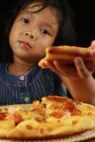 Ona dać pizzy. Zdjęcia Stock