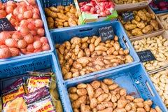 Ona das batatas e das cebolas marcado imagens de stock