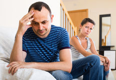 Żona i wściekły mąż dyskutuje rozwód fotografia stock