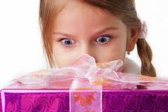Ona jest zaskakuje prezenta pakunkiem Zdjęcie Royalty Free