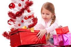 Ona odpakowywa prezenta pudełko Zdjęcia Royalty Free