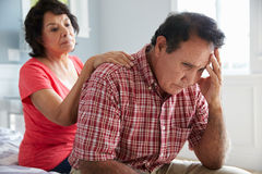Żona Pociesza Starszego męża cierpienie Z demencją zdjęcie stock