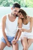 Żona pokazuje ciążowego test mąż Obrazy Royalty Free