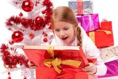 Ona prezentem jest bardzo szczęśliwych Bożych Narodzeń Obrazy Royalty Free