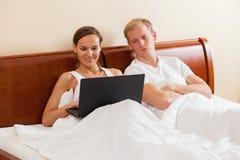 Żona uzależniająca się internet Fotografia Royalty Free