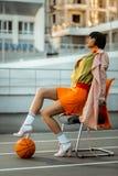 Onafhankelijk kortharig Afrikaans Amerikaans model die kaki bommenwerper dragen stock foto's