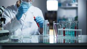 Onafhankelijk medisch laboratorium die atletenbloed controleren aanwezigheid van steroïden royalty-vrije stock afbeelding