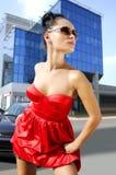 Onafhankelijke brunette in zonnebril op straat Royalty-vrije Stock Fotografie