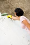 Onafhankelijke vrouw die buitenmuur schildert Royalty-vrije Stock Afbeelding