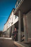 Onafhankelijkheid, vertrouwen, elegantieconcept Het slanke meisje gaat op stadsstraat Stock Afbeelding