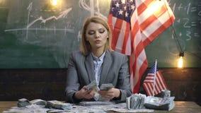 Onafhankelijkheidsdag van de V.S. Inkomen planning van het beleid van de begrotingsverhoging Vrouw met dollargeld voor steekpenni stock video