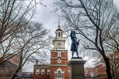 Onafhankelijkheidszaal en John Barry-standbeeld - Philadelphia, Pennsylvania, de V.S. stock foto's