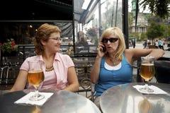 Onattente vrouw talikng op telefoon Royalty-vrije Stock Foto's